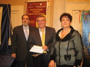 Vice Presidente Vincenzo Fantetti e Presidente premiano il poeta Francesco Granatiero